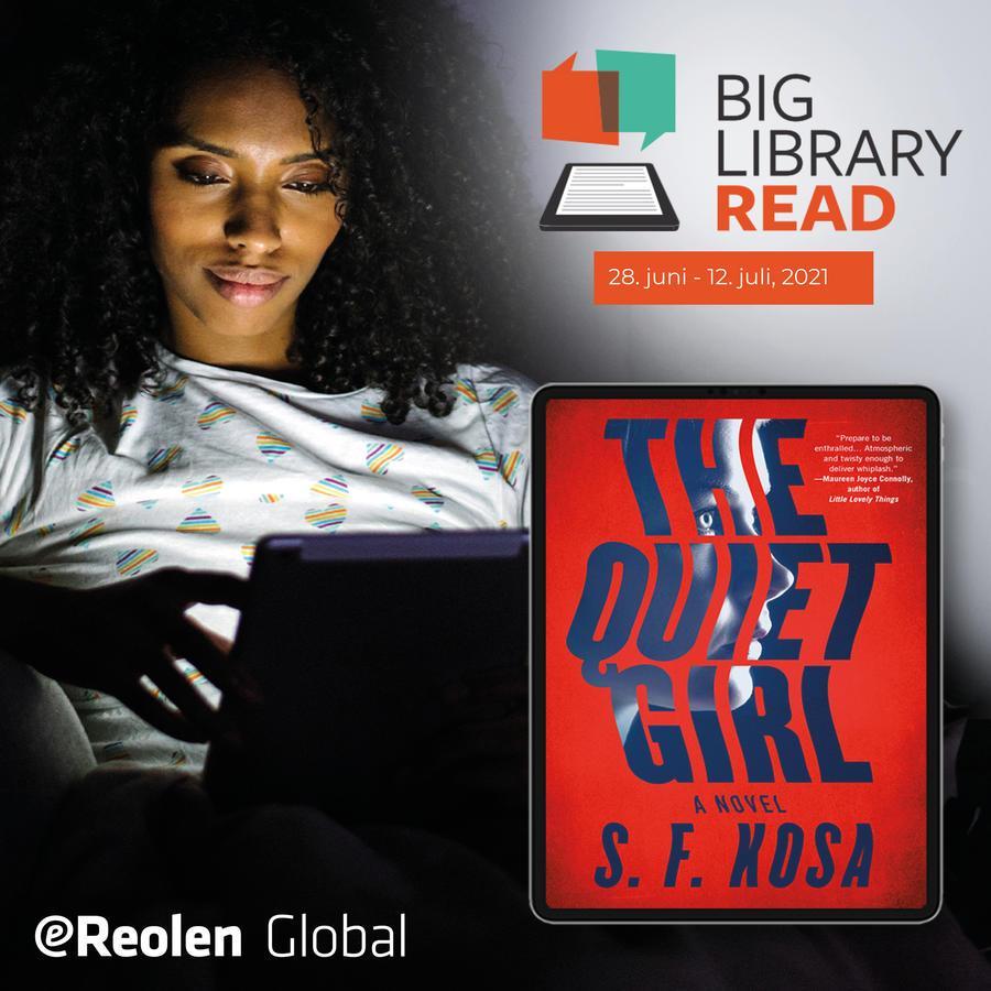 Kvinde læser en bog på sin pc