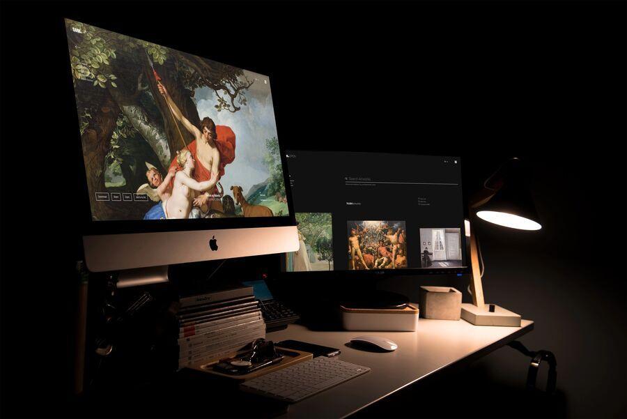 Billede af en computer på et skrivebord.