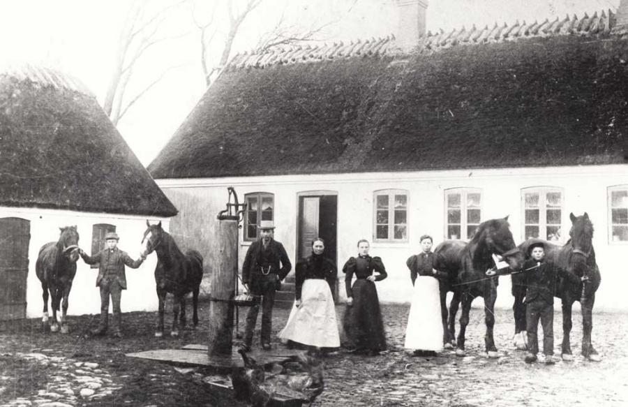 Lundemosegård i Herrestrup anno 1900 Sort hvidt postkort. Folk og heste.
