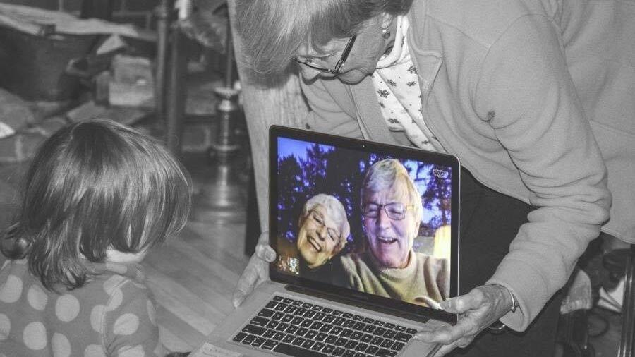 Videosamtale på bærbar computer mellem barn og ældre par