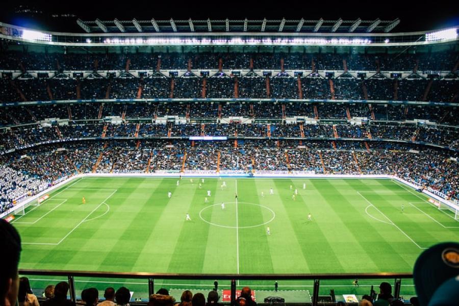 Blik over stort fodboldstadion