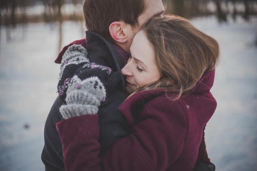 en kvinde og en mand, der giver hinanden et kram