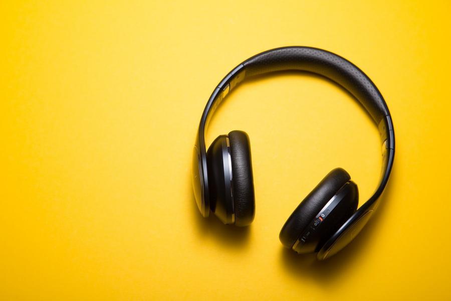 hovedtelefoner på gul baggrund