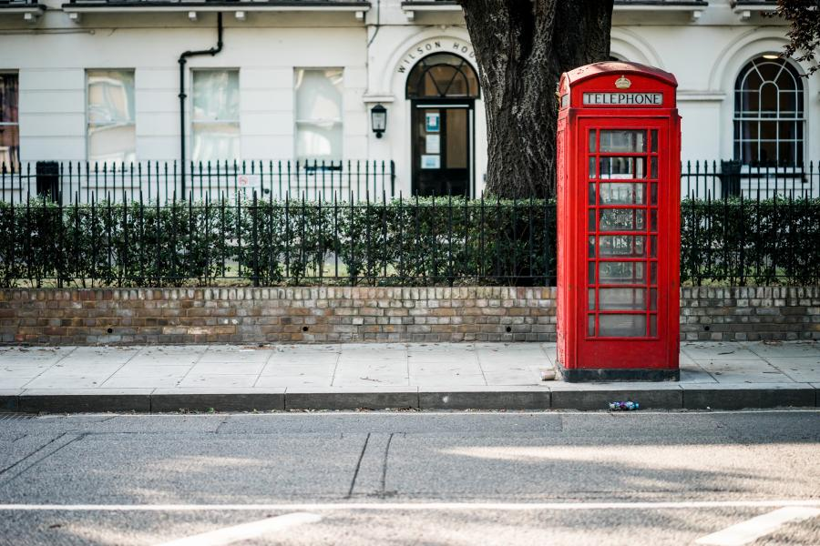 En gade i England med en rød telefonboks