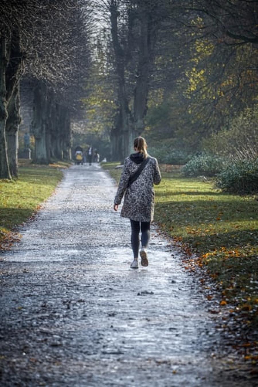 Pige går en tur i en park