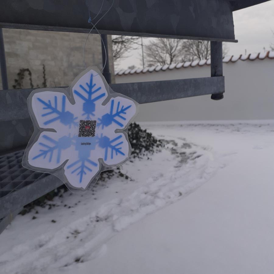Et lamineret snefnug der hænger udenfor biblioteket i Nykøbing