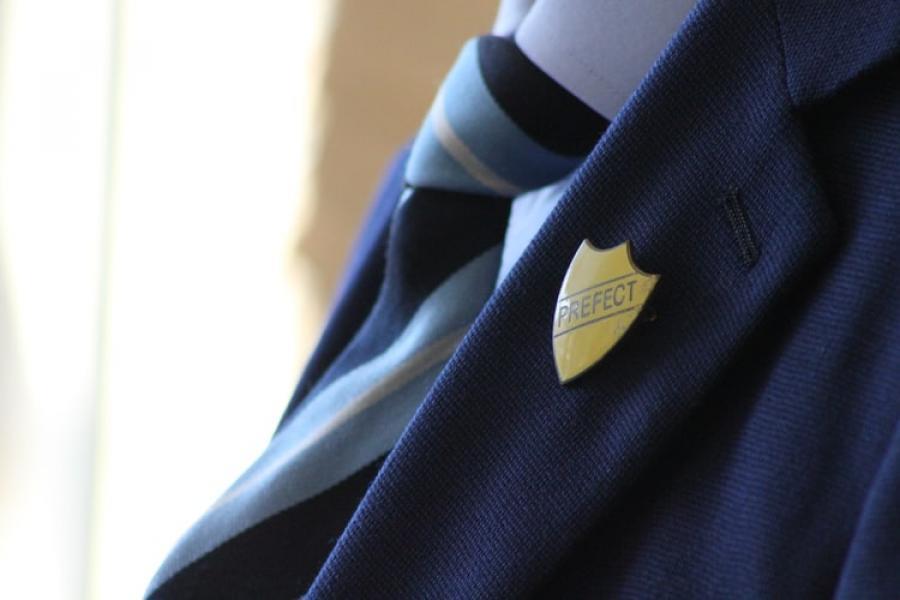 Person i skoleuniform